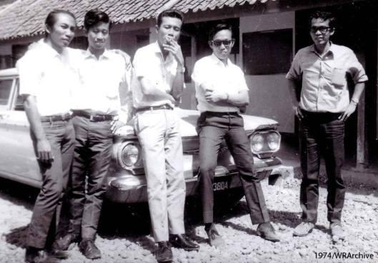 Lagak dan gaya Dosen JTG FT UGM (lulusan sendiri) generasi pertama di kampus Jetis (1974). No smoking please !!!!!